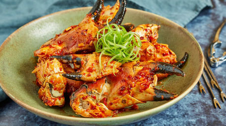 Crab claws with tomato, chilli, garlic and lime
