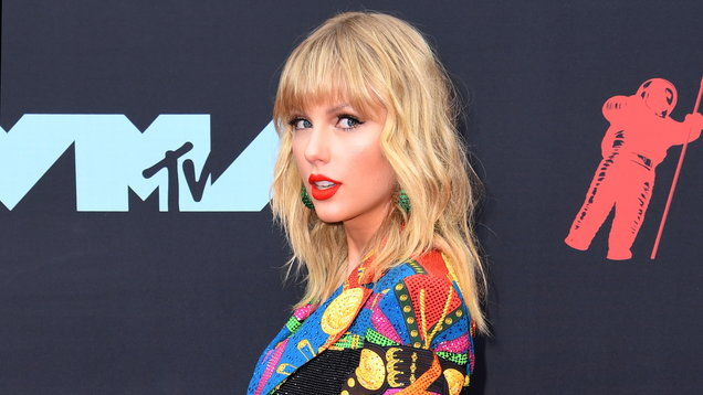 Taylor Swift Lover: Album goes straight to top of charts